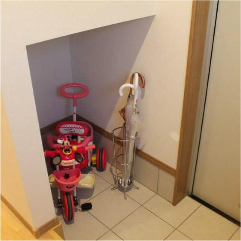 玄関は広くないので、傘タテ・ベビーカー置場を。和室の押入の下半分を利用しました。 ※シューズクローゼットは断念しました!