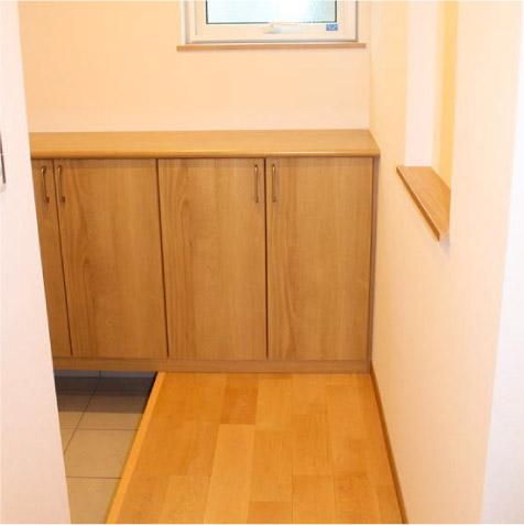 正面にニッチ。狭い玄関なので下駄箱は腰高にして広く感じるように…! ※本当はもっと収納力(コート掛けなど)が欲しいところです。