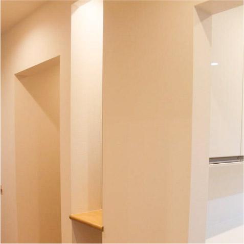 廊下の途中のちょっとした棚、間接照明で少しお洒落な空間を演出。 ※足元の間接照明もいいです。