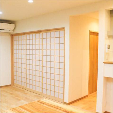 リビングから和室の3本溝の引違ワーロン障子。冷暖房効果のためのドアは、外断熱は必要なし…! ※目線隠しや音の問題がある場合は…?
