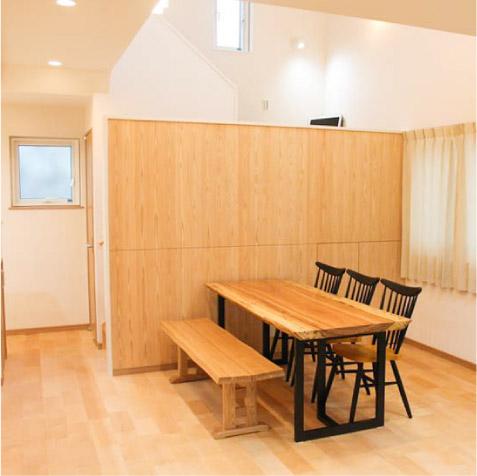 リビングから食堂、その先は階段で上部は吹抜け。階段の腰壁部分は癒しを求めて無節の杉板張りの壁に。 ※塗り壁か、木やアイアンの手摺子にするか迷いました。
