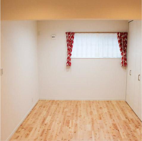 9帖の大ホール。30センチの下壁を間仕切れば奥に4.5帖の子供室(コンセント・スイッチ、照明計画も考えています) ※子供部屋の考え方はいろいろです。じっくり考えましょう!