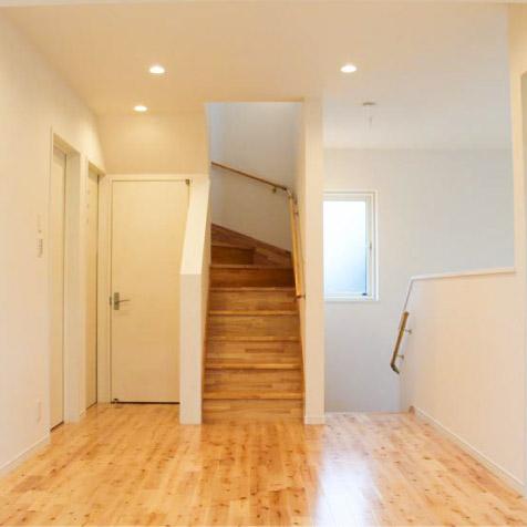 2階ホールから屋上へ上がる階段です。左奥は2階トイレ。