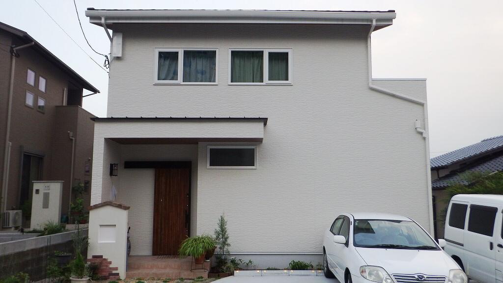 白を基調にしたシンプルデザイン。家具やインテリアで色づく住まい。