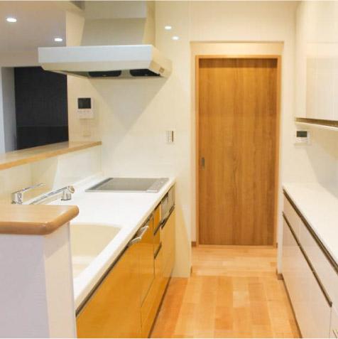 システムキッチン(w=2550)と上下セパレートのカップボード(w=2550)。奥の扉は和室入口の引戸です。