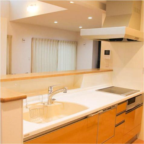 キッチンカウンターの下をよく見て…、奥行きと高さがある棚が…! ※最近フルフラットのキッチンが人気ですが一長一短です。