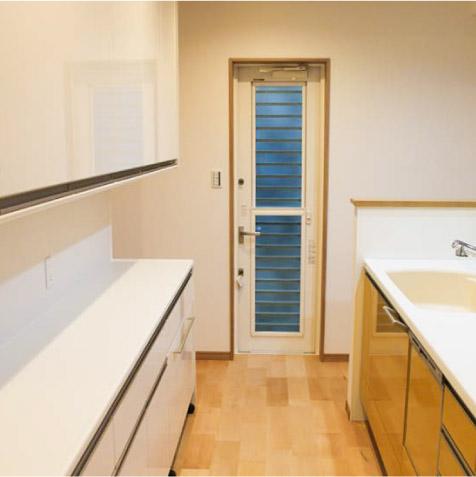 キッチンの動線の奥は勝手口。 ※余裕があればユーティリティーや家事室も欲しかったところです。