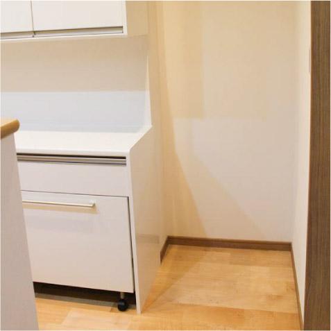 冷蔵庫置き場は奥行きを深く。カップボードと前面が一直線になりすっきりと。