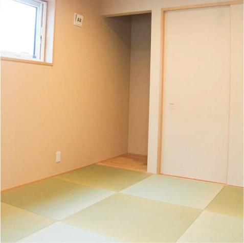 板間と押入です。板間は床の間や仏間に変身。縁なし半帖畳の4.5帖。
