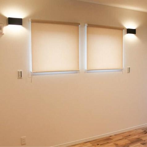 2階の主寝室。右側はウォークインクローゼット。窓下にベッド配置予定。ブラケット照明のスイッチ位置は考えました。