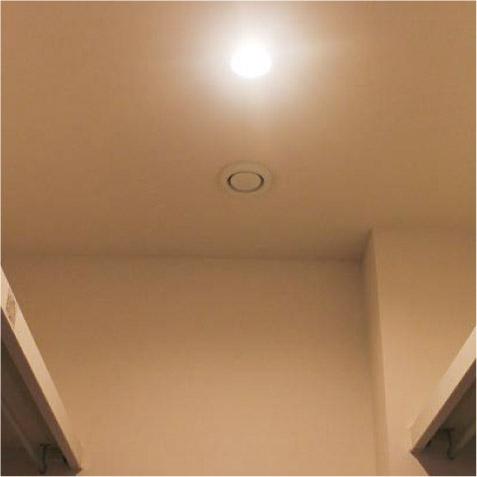 天井奥に24時間換気の排気口。洋服の臭いが部屋に逆流しないように!