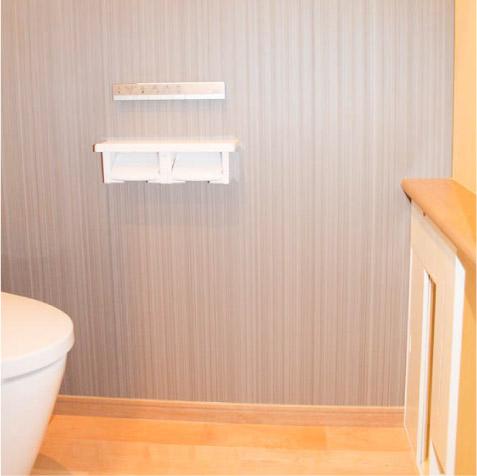 1階トイレ。TOTOのタンクレスのネオレスト。スティックリモコンがおしゃれ。