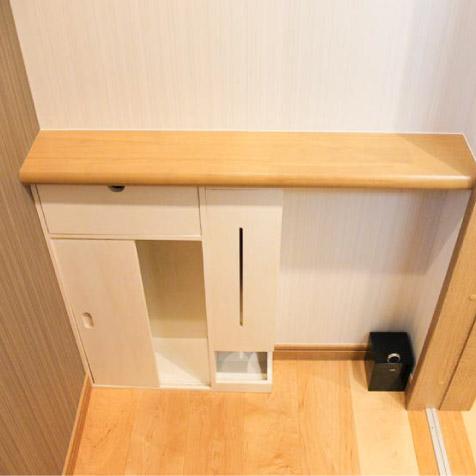 1階トイレ。施主の持込品の収納BOXの上に造作カウンター。
