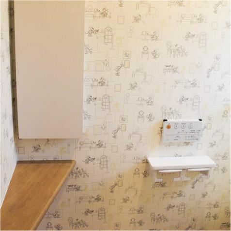2階トイレ。造作カウンターと埋め込み収納BOX。