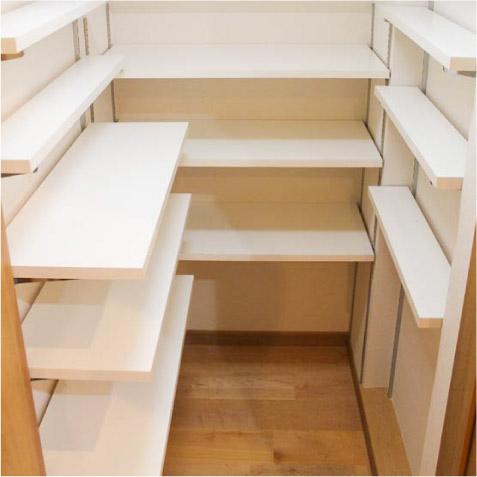 階段下の半帖のパントリー(食品庫)。奥と左右の棚の奥行きが違います。 ※右側の棚は固定棚でよかったかな。