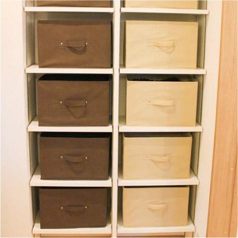 脱衣室の可動棚。布製のBOXは施主の持込品です。結構な収納力。