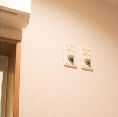 建物本体と床下の24時間換気装置の換気量調整つまみ。ON・OFFスイッチはありません。 ※床下の状態や住まい方によって換気量を調整。スイッチは換気装置本体にあります。