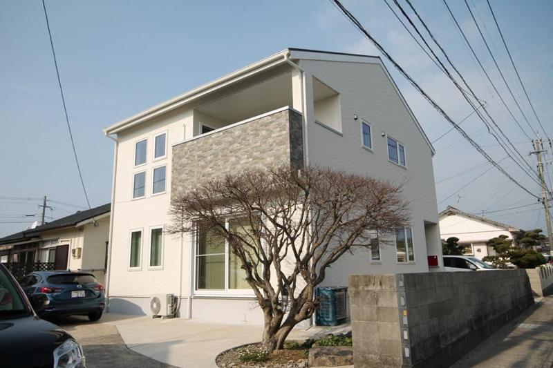 長崎県大村市の中心部。白い外壁にレンガ調のバルコニーが印象的!