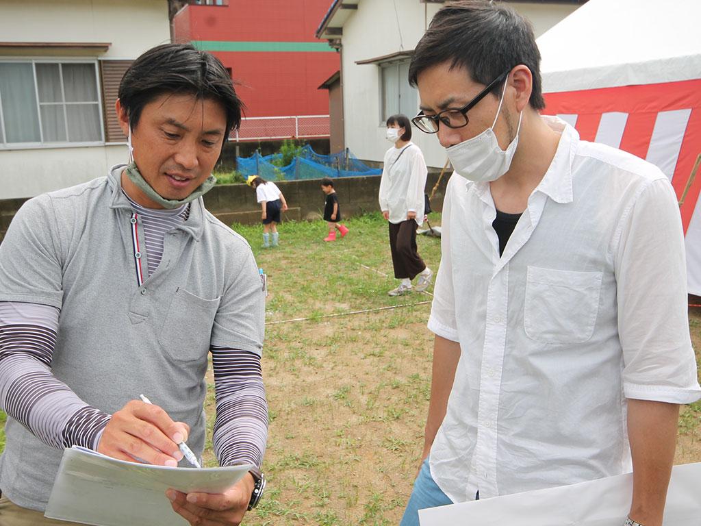 ▼その後、設計の朴と監督の田之上を中心に現場を確認しながら図面の打合せが行われました。